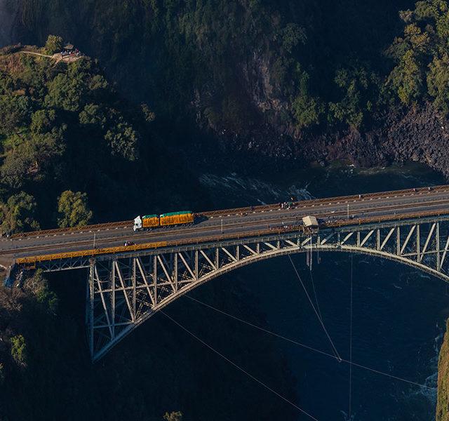 Puente_de_las_cataratas_Victoria,_Zambia-Zimbabue